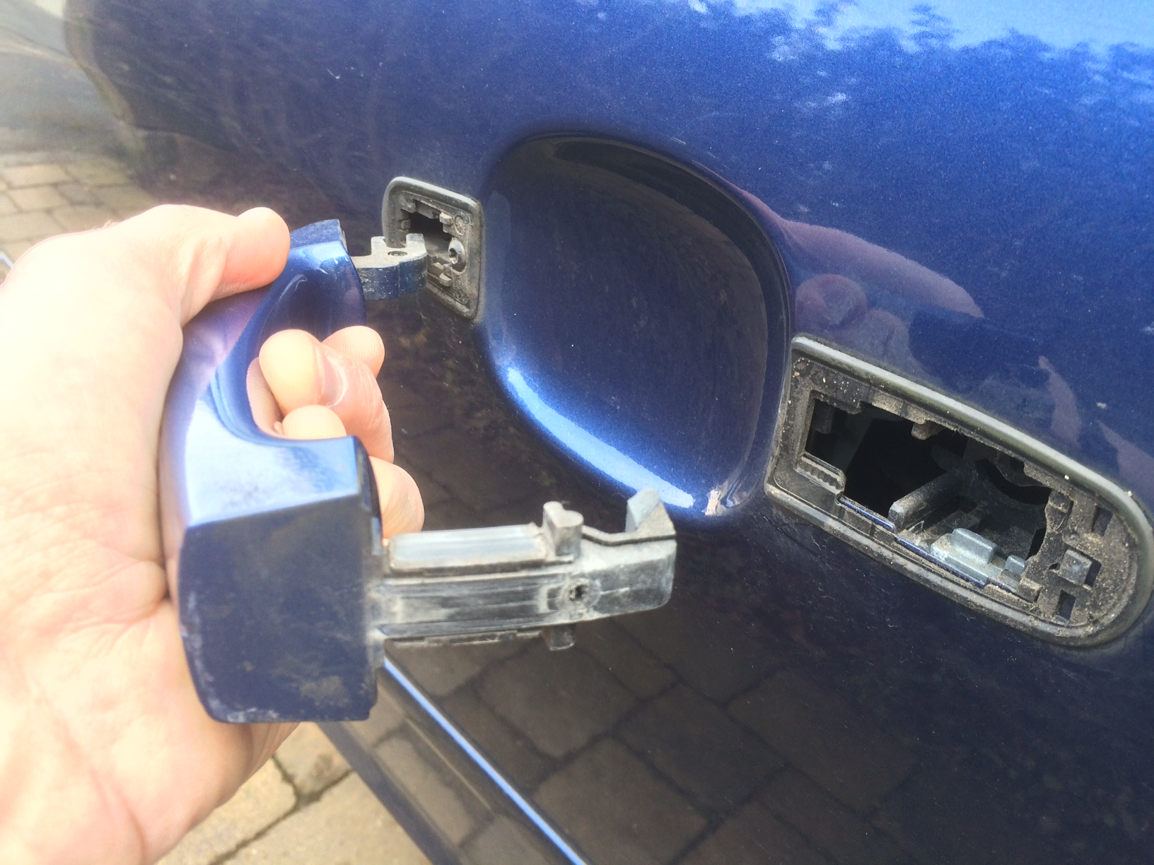 How to replace the exterior door handles on a Mark 2 Ford Focus ...